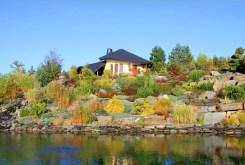 na zdjęciu pięknie zagospodarowana działka z ogrodem przy dworze do sprzedaży w Czechach