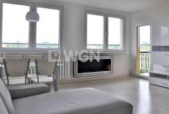 widok z innej perspektywy na umeblowany salon w apartamencie do wynajmu w okolicach Wrocławia