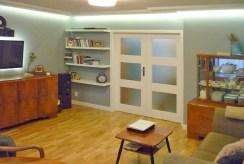 zdjęcie prezentuje salon w ekskluzywnym apartamencie do sprzedaży w Olsztynie