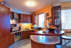 widok na nowocześnie i ekskluzywnie wyposażoną kuchnię w apartamencie do sprzedaży w Białymstoku