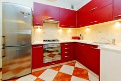 na zdjęciu nowocześnie urządzona ekskluzywna kuchnia w luksusowym apartamencie w Tarnowie na wynajem