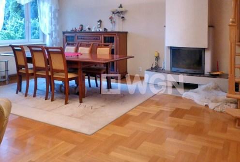 na zdjęciu salon z kominkiem w luksusowej willi do wynajęcia w Bełchatowie
