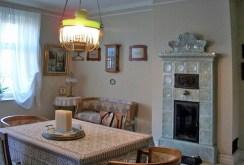zdjęcie prezentuje kuchnię z kominkiem w luksusowej willi do sprzedaży w Cieszynie