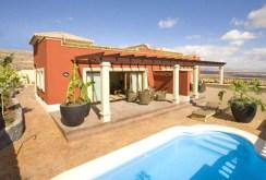 widok od strony basenu na luksusową willę do sprzedaży w Hiszpanii