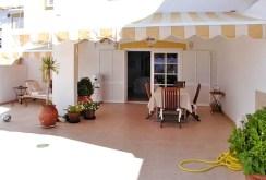 zdjęcie prezentuje ekskluzywny taras przy luksusowej willi w Hiszpanii na sprzedaż