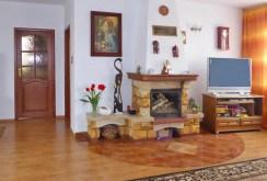 zdjęcie przedstawia salon z kominkiem w ekskluzywnej willi na sprzedaż w Piotrkowie Trybunalskim