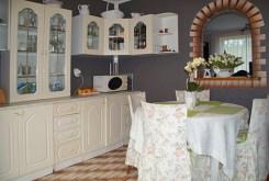na zdjęciu kuchnia wraz z jadalnią w luksusowej willi do wynajęcia w Słupsku