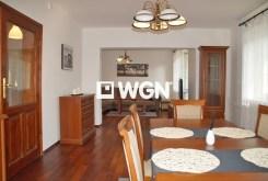 widok od strony kuchni i jadalni na wyjątkowo luksusowe wnętrze willi w Słupsku do wynajęcia