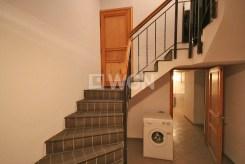 zdjęcie przedstawia przedpokój oraz schody na górne piętro w willi w Szczecinie do sprzedaży