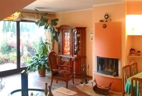 na zdjęciu luksusowy salon z kominkiem w ekskluzywnej willi do sprzedaży w Szczecinie