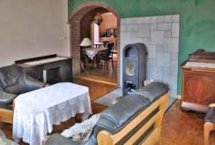 zdjęcie prezentuje salon z kominkiem w luksusowej willi w okolicach Głogowa do wynajmu