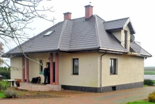 na zdjęciu front luksusowej willi do sprzedaży w okolicy Łodzi