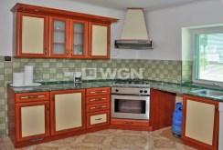 na zdjęciu komfortowo wyposażona kuchnia w willi w okolicy Wrocławia na sprzedaż