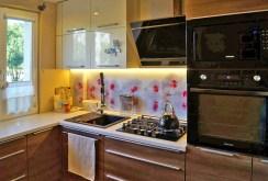 na zdjęciu komfortowo urządzona kuchnia w apartamencie w Łodzi na sprzedaż