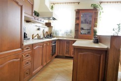 zdjęcie prezentuje umeblowaną, komfortową kuchnię w apartamencie do sprzedaży w Białymstoku