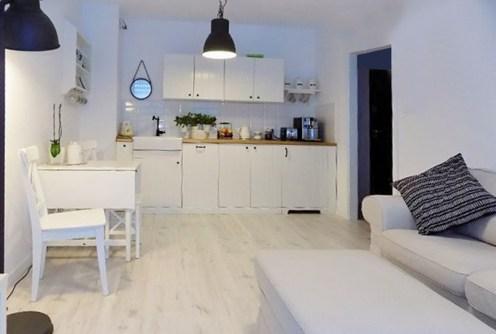 widok z salonu na aneks kuchenny w luksusowym apartamencie do sprzedaży w Głogowie