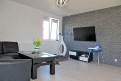 zdjęcie przedstawia salon w nowoczesnym apartamencie do sprzedaży w okolicach Legnicy