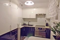 widok na ekskluzywnie umeblowaną kuchnię w apartamencie na sprzedaż w Olsztynie