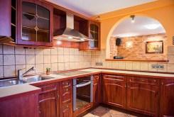 komfortowo wyposażona kuchnia w apartamencie na sprzedaż we Wrocławiu