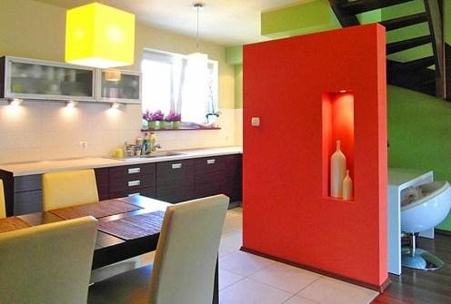 widok z salonu na ekskluzywny aneks kuchenny w apartamencie do wynajęcia w Szczecinie