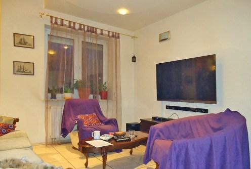na zdjęciu luksuowy salon w ekskluzywnym apartamencie do sprzedaży w Łodzi