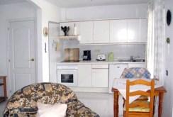 na zdjęciu nowoczesna kuchnia w apartamencie na sprzedaż w Hiszpanii