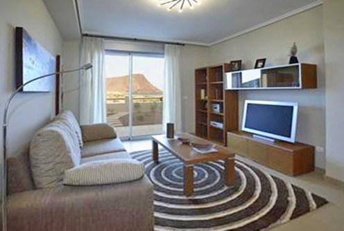 zdjęcie prezentuje salon w apartamencie do sprzedaży w Hiszpanii