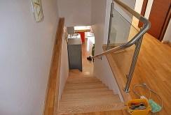 zdjęcie prezentuje wejście na górny poziom w apartamencie do wynajęcia w Szczecinie
