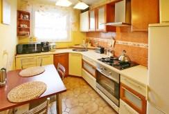 komfortowo wyposażona i umeblowana kuchnia w apartamencie do sprzedaży w Szczecinie