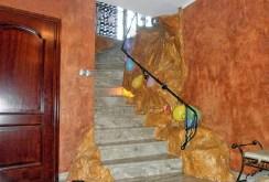 na zdjęciu przedpokój oraz schody na górny poziom w willi na sprzedaż w Częstochowie