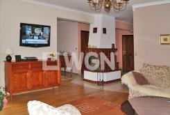 widok na salon z kominkiem w luksusowej willi na sprzedaż w Toruniu