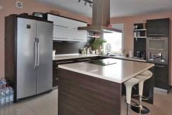 zdjęcie prezentuje komfortowo wyposażoną kuchnię w willi w okolicach Wrocławia do sprzedaży