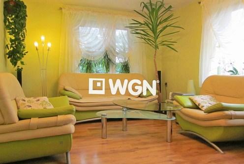 na zdjęciu ekskluzywny salon w willi na sprzedaż w Legnicy