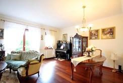 zdjęcie prezentuje komfortowe wnętrze luksusowej willi do wynajmu w Szczecinie