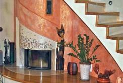 zdjęcie przedstawia zbliżenie na stylowy kominek w luksusowej willi na sprzedaż w okolicy Częstochowy