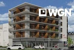 rzut z boku przedstawiający komfortowy apartamentowiec nad morzem, w którym znajduje się oferowany na sprzedaży ekskluzywny apartament