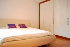zdjęcie prezentuje sypialnię w ekskluzywnym apartamencie do wynajmu w Warszawie