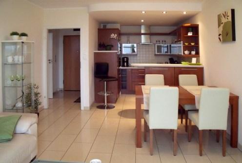 na zdjęciu widok z salonu na aneks kuchenny w luksusowym apartamencie do wynajęcia we Wrocławiu