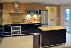 nowocześnie urządzona kuchnia w apartamencie do sprzedaży we Wrocławiu