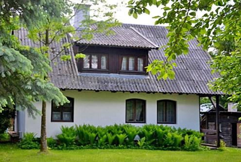 widok od strony ogrodu na luksusową willę na Mazurach do sprzedaży