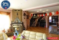 luksusowo urządzony salon z kominkiem w luksusowej willi na sprzedaż na Mazurach