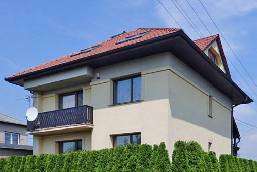 widok na luksusową willę do sprzedaży w okolicach Krakowa