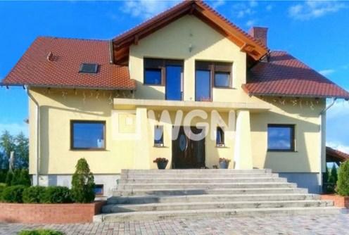 zdjęcie prezentuje front ekskluzywnej willi do sprzedaży w okolicach Legnicy