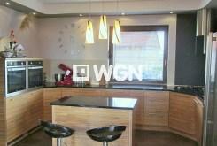 widok na elegancki i komfortowy aneks kuchenny w luksusowej willi do sprzedaży w okolicach Legnicy
