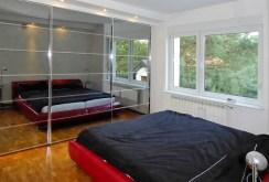 zdjęcie prezentuje ekskluzywną sypialnię w willi w okolicach Poznaniaw okolicach Poznania do sprzedaży
