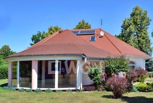 widok od strony ogrodu na luksusową willę do sprzedaży w okolicy Bolesławca