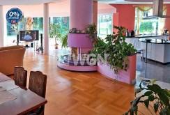zdjęcie prezentuje ekskluzywny salon z kominkiem w willi na sprzedaż w okolicy Bolesławca