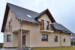 widok od strony ogrodu na luksusową willę w okolicach Bolesławca na sprzedaż