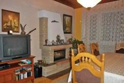 zdjęcie prezentuje salon z kominkiem w luksusowej willi na sprzedaż w Częstochowie