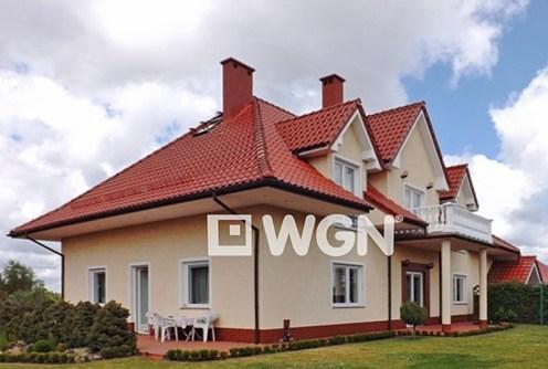 widok z boku na luksusową willę do sprzedaży w okolicach Gdyni